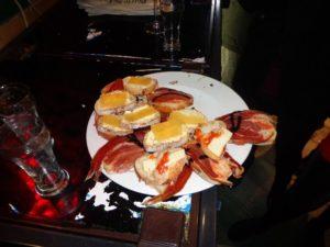 Un exemple de tapas: de petites tartines avec du saumon, du fromage. Chez nous ce serait plutôt un apéro.