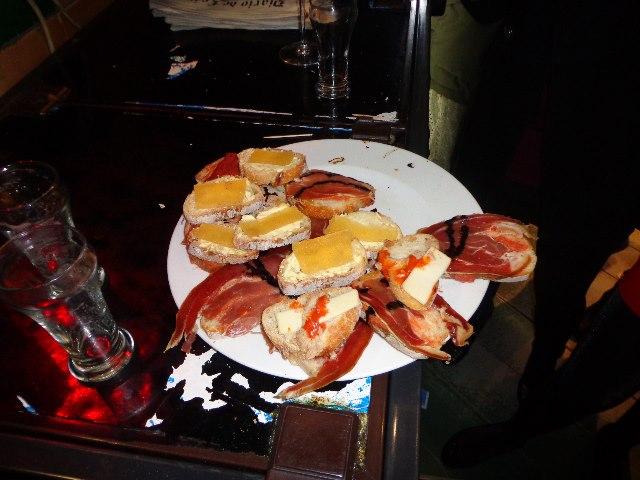 Espagne : les bars à tapas, ou comment boire beaucoup sous prétexte qu'il faut bien manger