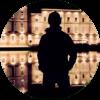 Un Nocturne pensif debout dans la nuit, contemplant les façades éclairées au bord de la Garonne à Toulouse.