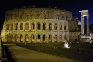 Théâtre de Marcellus de nuit, à Rome
