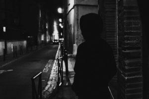 """Un Shadoniste (""""vampire"""") dans une rue déserte de Toulouse, la nuit."""