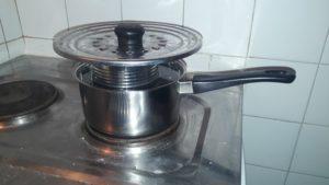 Faire chauffer la cire de la bougie au bain-marie
